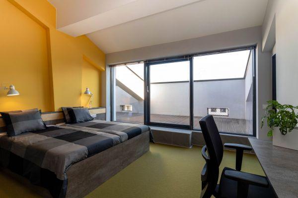 Всяка стая е оборудвана с две единични легла, работно място, гардероб, разполага със самостоятелна баня и балкон.